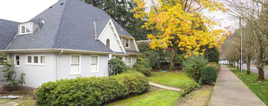 house sitting a nice suburban home